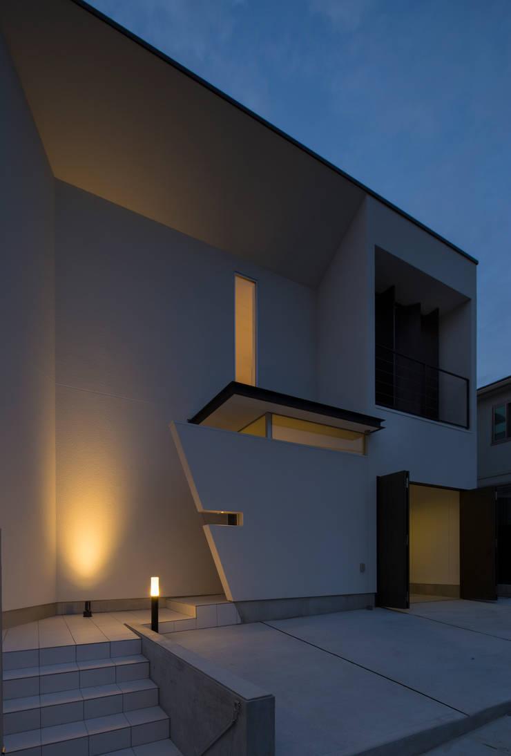 アプローチの夕景: スタジオクランツォ一級建築士事務所が手掛けたです。
