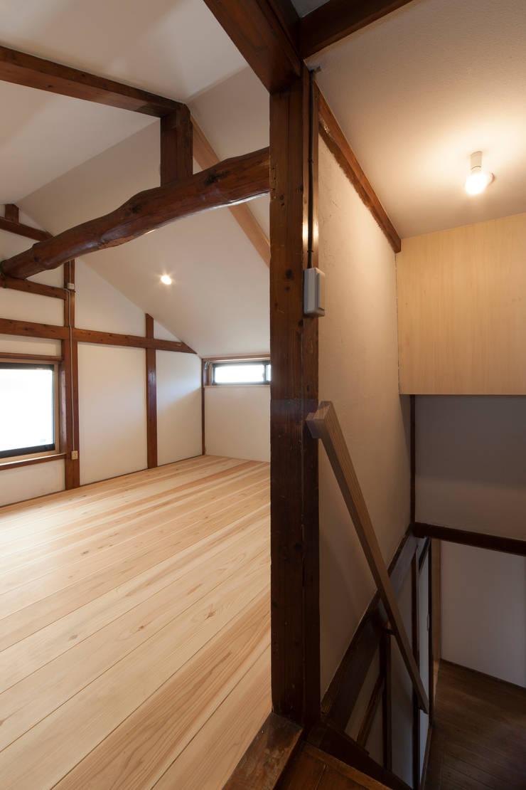 築50年の木構造と新しい床材: 結人建築設計事務所が手掛けた壁です。,和風