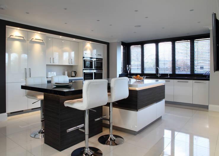 Minimalist kitchen in Hertfordshire:  Kitchen by John Ladbury and Company
