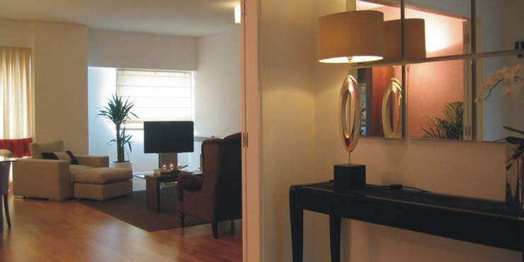 Modern Corridor, Hallway and Staircase by Traço Magenta - Design de Interiores Modern