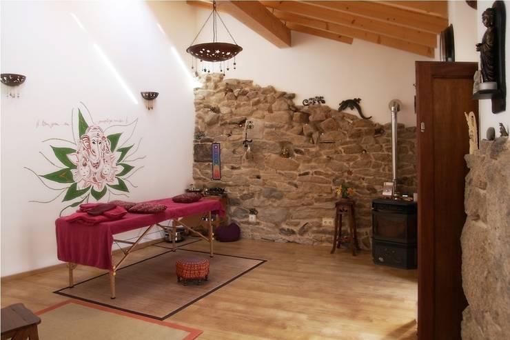 Centro de ayurveda: Spa de estilo moderno de b+t arquitectos
