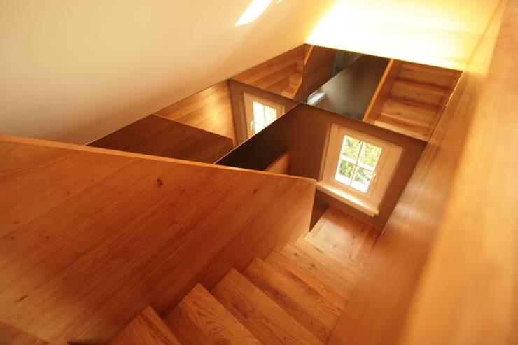 Dachausbau Kleine Villa, Bad Homburg:  Flur & Diele von bjoernschmidt architektur