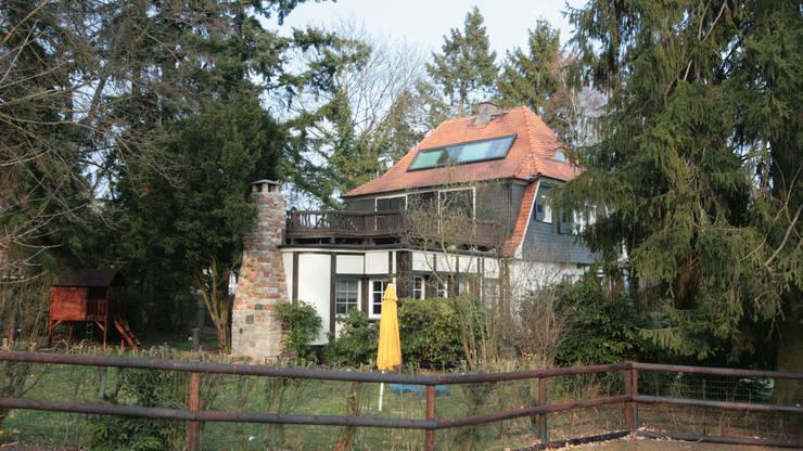 Dachausbau Kleine Villa, Bad Homburg: landhausstil Häuser von bjoernschmidt architektur