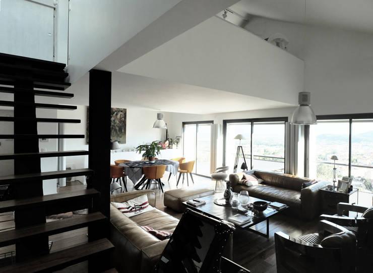 Maison Manet: Salon de style  par Tout Va Bien - Stéphane Herpin architecte