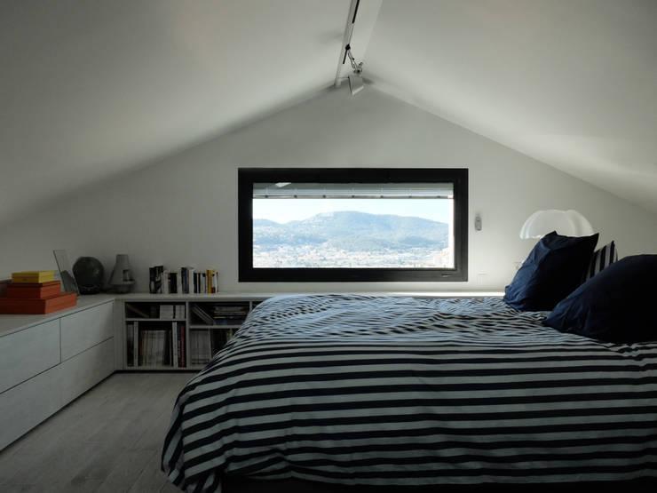 Maison Manet: Chambre de style  par Tout Va Bien - Stéphane Herpin architecte