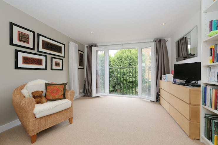 Camera da letto in stile in stile Moderno di nuspace