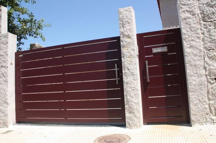 Puertas y ventanas de estilo moderno por Galmatic S.L