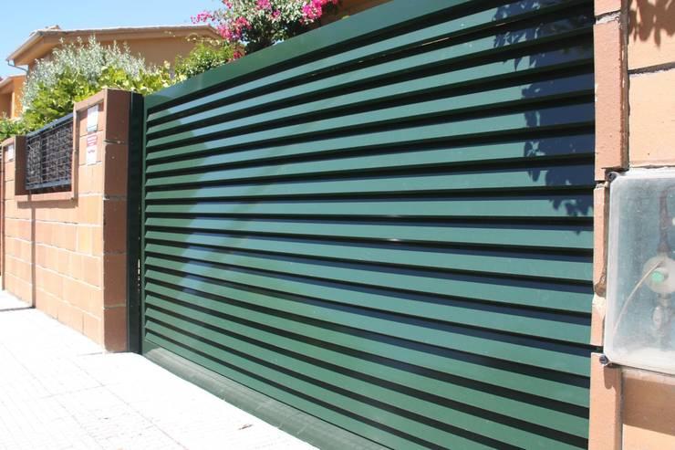 Ventanas y puertas de estilo  por Galmatic S.L