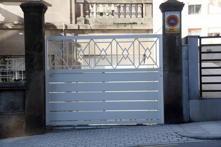Puertas correderas y batientes en aluminio soldado.: Puertas y ventanas de estilo rústico de Galmatic S.L