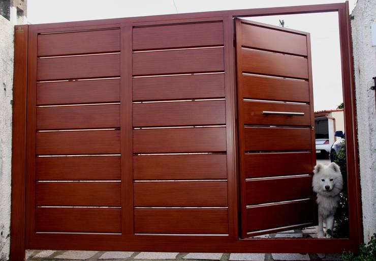 Puertas y ventanas de estilo  por Galmatic S.L