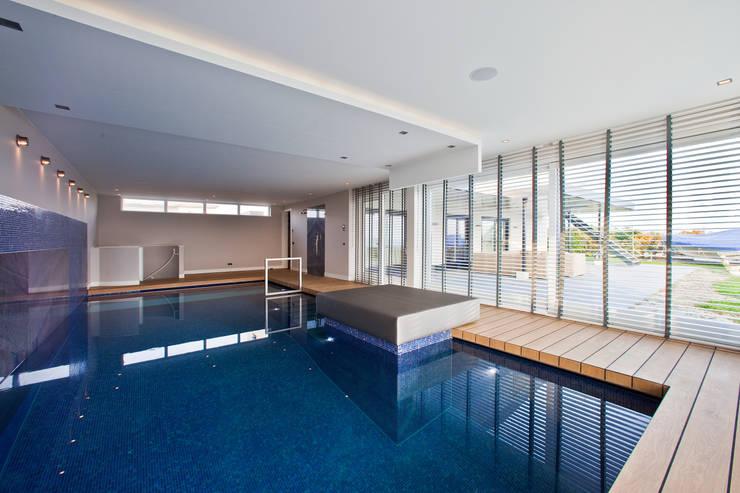 Eiken vloerdelen met kitnaad:  Zwembad door Pruysen Parket BV, Modern