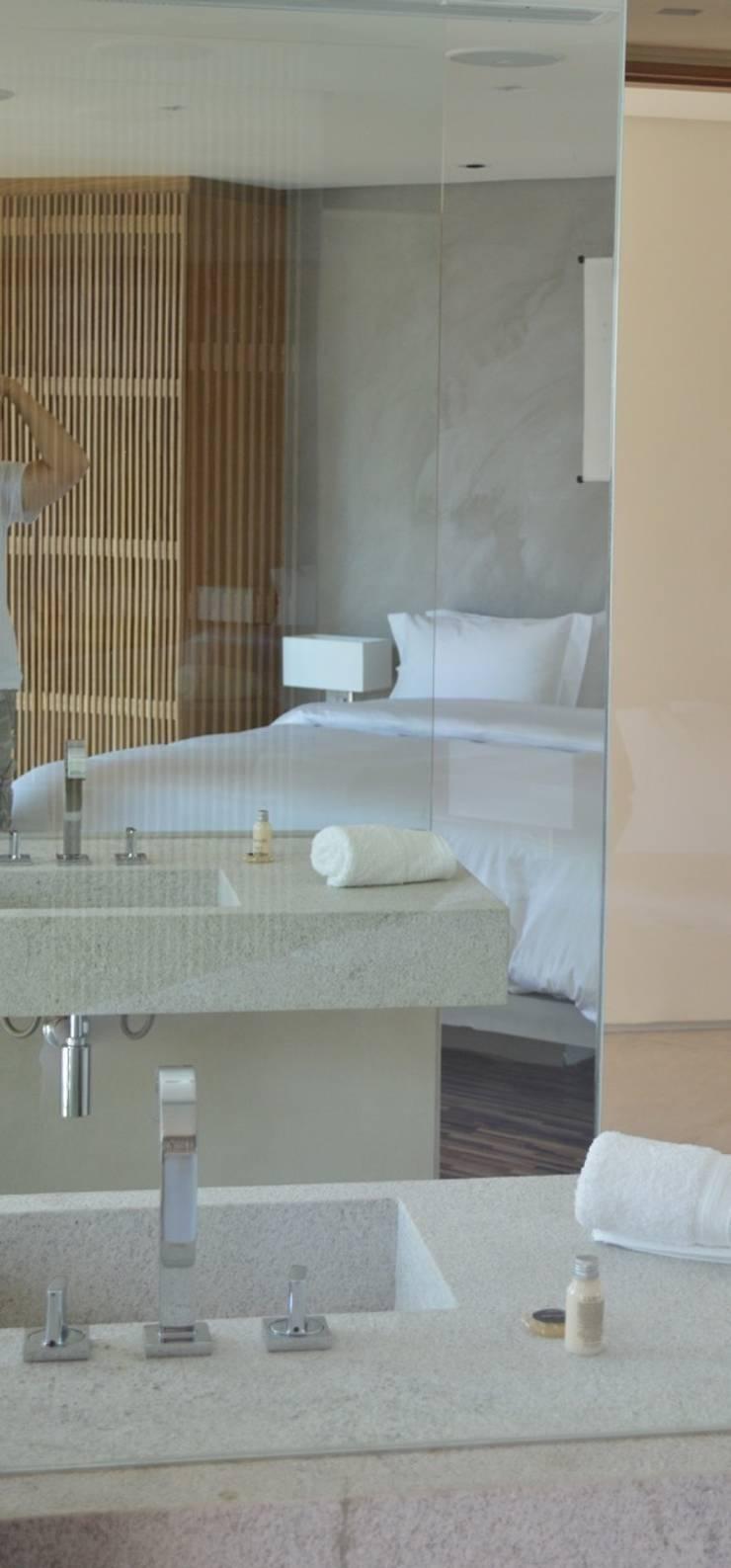Integração banho e quarto: Quartos  por House in Rio