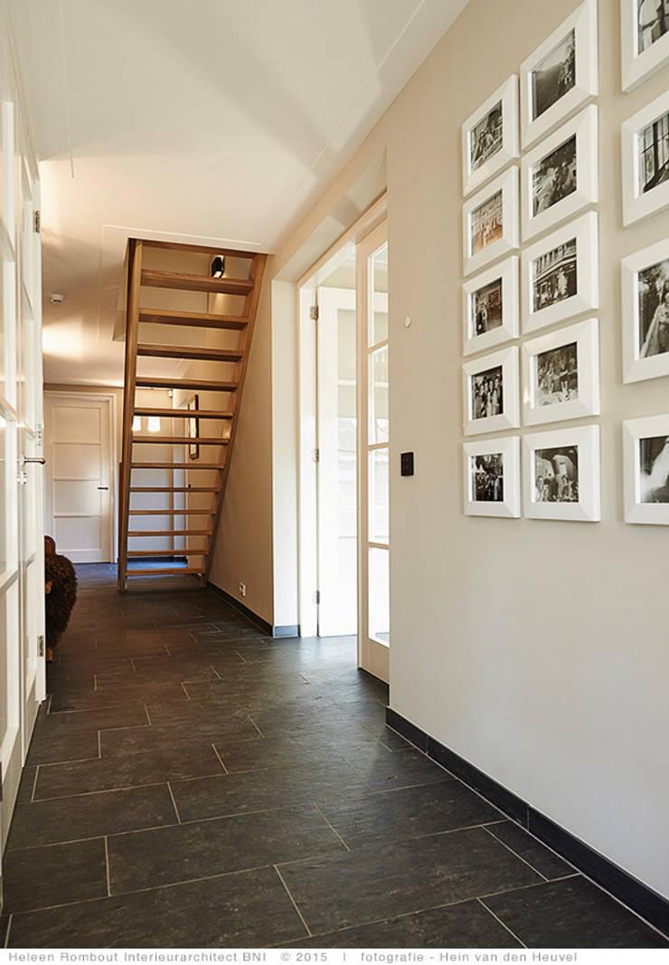 transformatie naar  een ingetogen luxe villa te Heiloo:  Gang en hal door Heleen Rombout interieurarchitect BNI