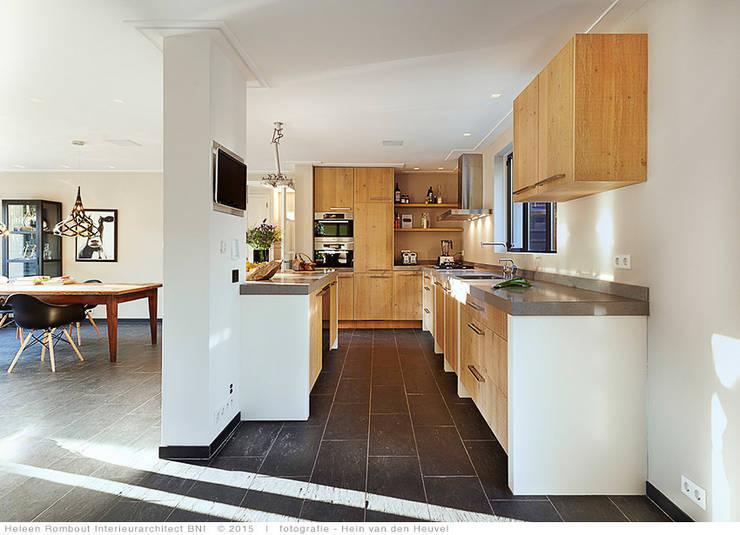 transformatie naar  een ingetogen luxe villa te Heiloo:  Keuken door Heleen Rombout interieurarchitect BNI