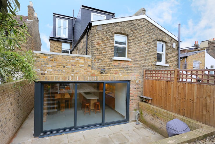 ​kitchen extension dulwich with flat roof and open brickwork:  Houses by nuspace