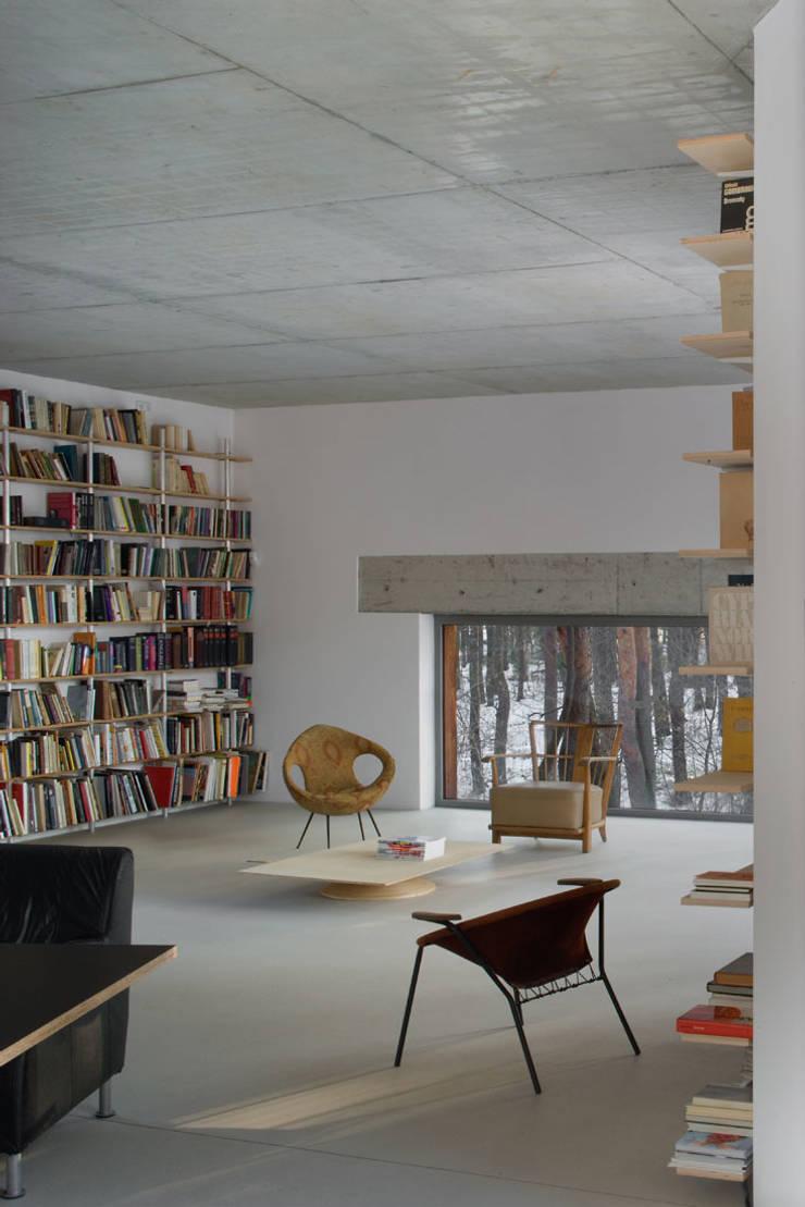 Dom w Józefowie: styl , w kategorii Salon zaprojektowany przez ANONIMOWI ARCHITEKCI