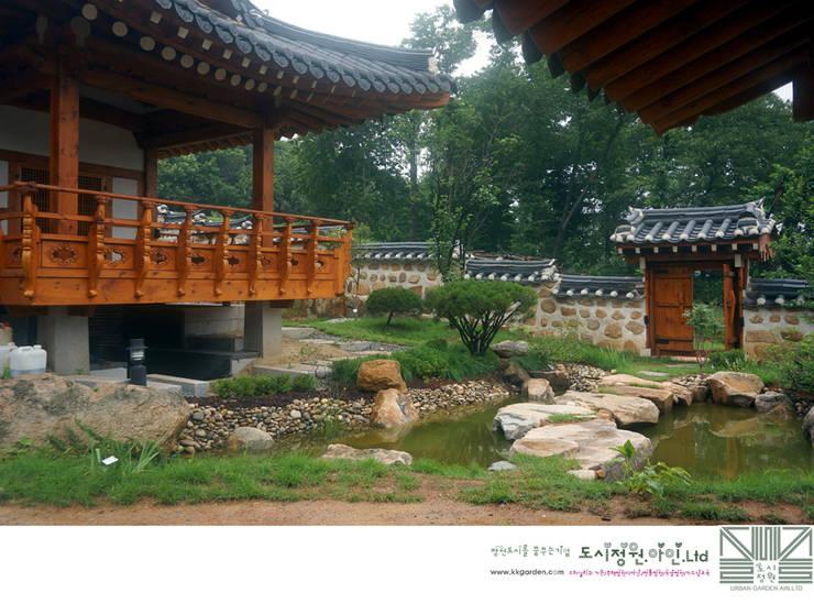 누정의 자연형연못/남양홍씨 대호군파 재실정원: Urban Garden AIN.Ltd의  정원