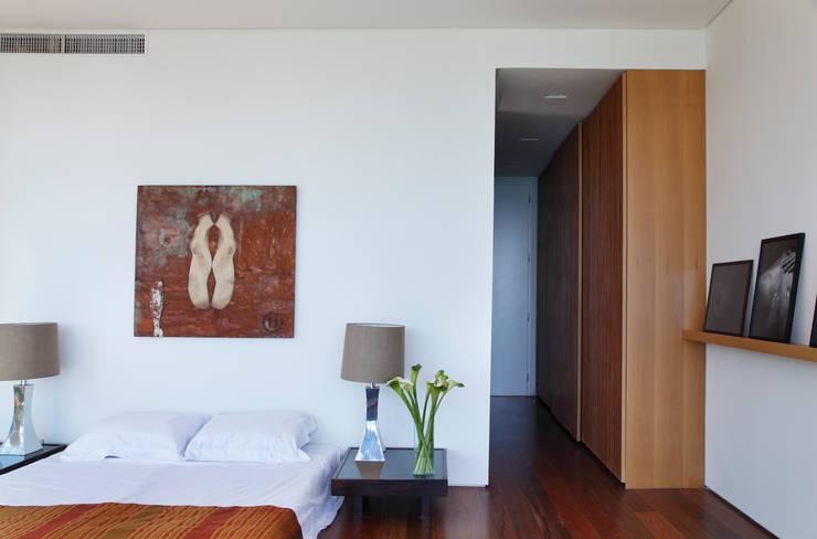 Suite: Quartos  por House in Rio