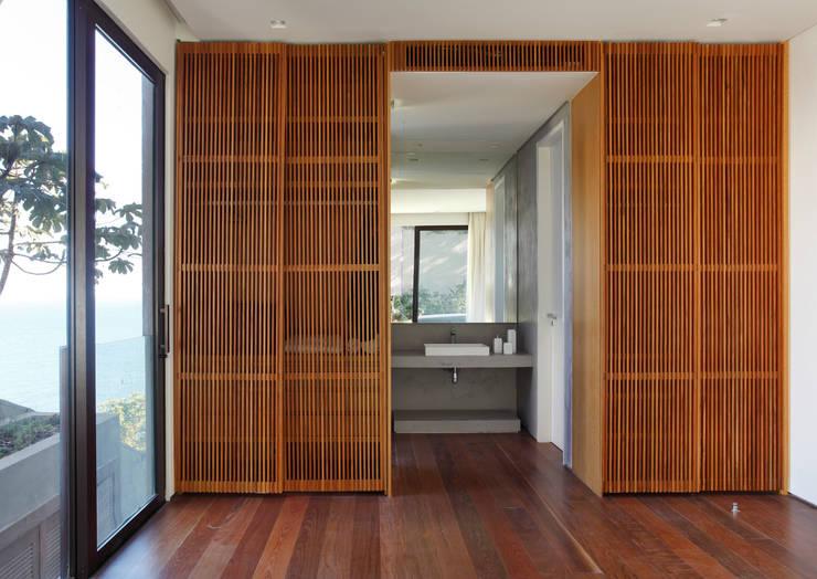 Acesso banho suite: Banheiros modernos por House in Rio