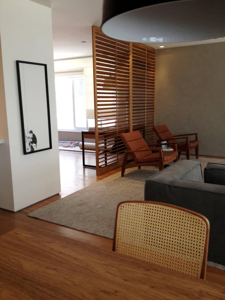 COBERTURA LAGOA: Salas de estar modernas por Andréa Menezes & Franklin Iriarte