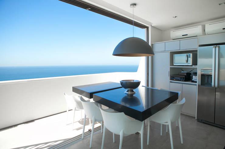 Jantar: Salas de estar modernas por House in Rio