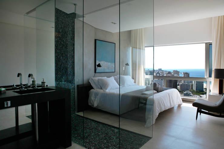 Banho integrado: Banheiros modernos por House in Rio