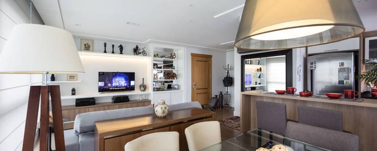Apartamento Rio Branco: Salas de estar  por Braccini + Lima Arquitetura,