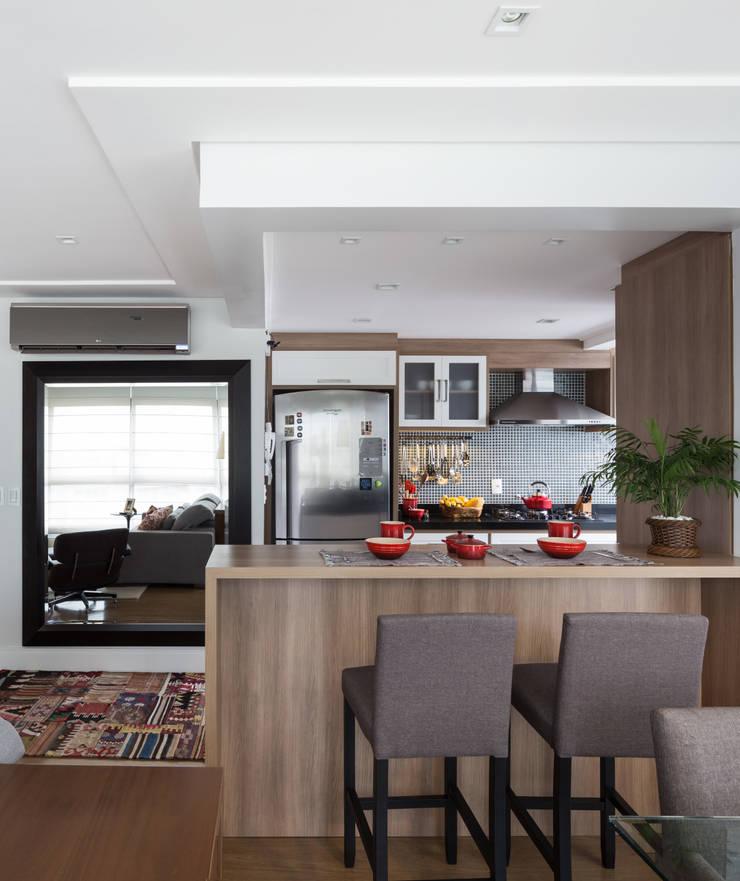 Apartamento Rio Branco: Salas de jantar  por Braccini + Lima Arquitetura,