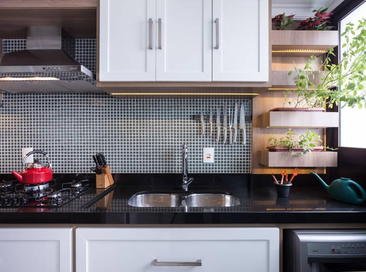 Apartamento Rio Branco: Cozinhas  por Braccini + Lima Arquitetura