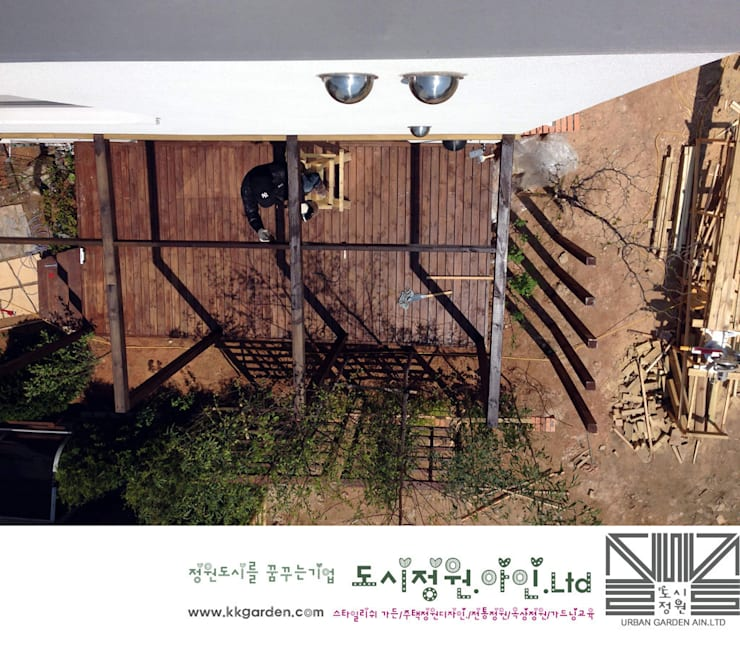 Wood deck construction: Urban Garden AIN.Ltd의
