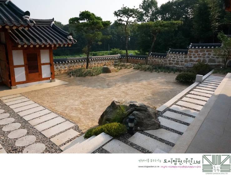 비움의 안마당/남양홍씨 대호군파 재실정원: Urban Garden AIN.Ltd의  정원