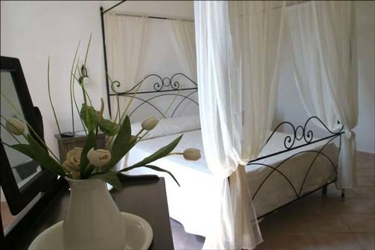 B&B LA TORRE: Camera da letto in stile in stile Classico di Ilaria Panchetti Architetto