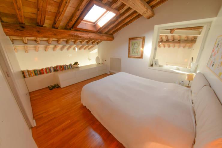 14. Camera letto principale: Camera da letto in stile in stile Moderno di Studio Fori
