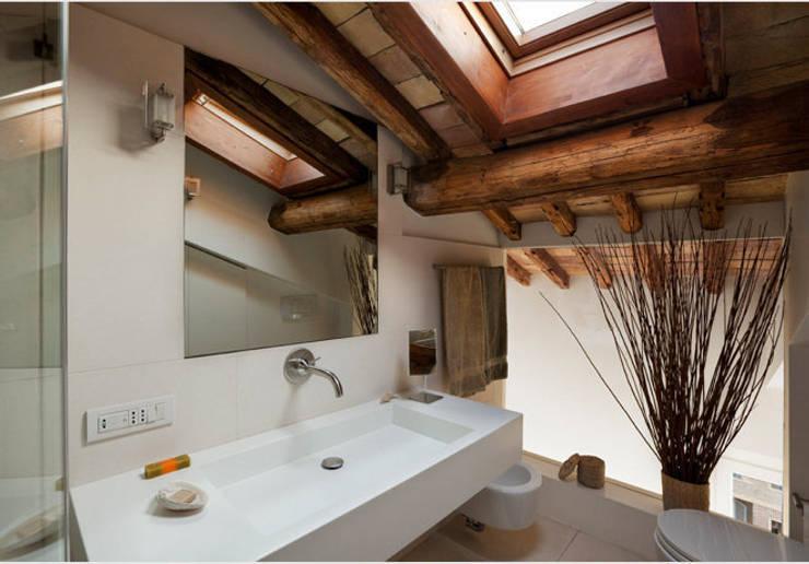 15. Bagno en suite: Bagno in stile in stile Moderno di Studio Fori