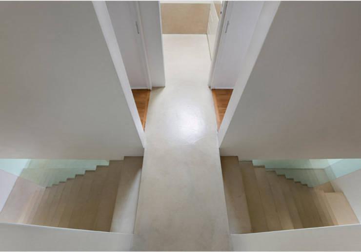 19. La scala doppia : Ingresso & Corridoio in stile  di Studio Fori