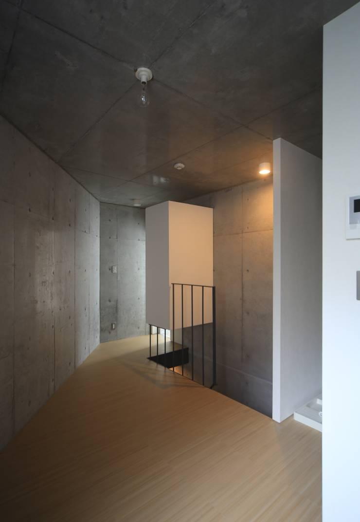 Octy: SOCIUS一級建築士事務所が手掛けた寝室です。,モダン コンクリート