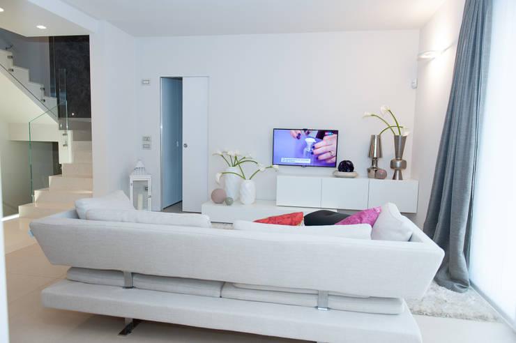 03_appartamento a Verona: Soggiorno in stile  di moovdesign