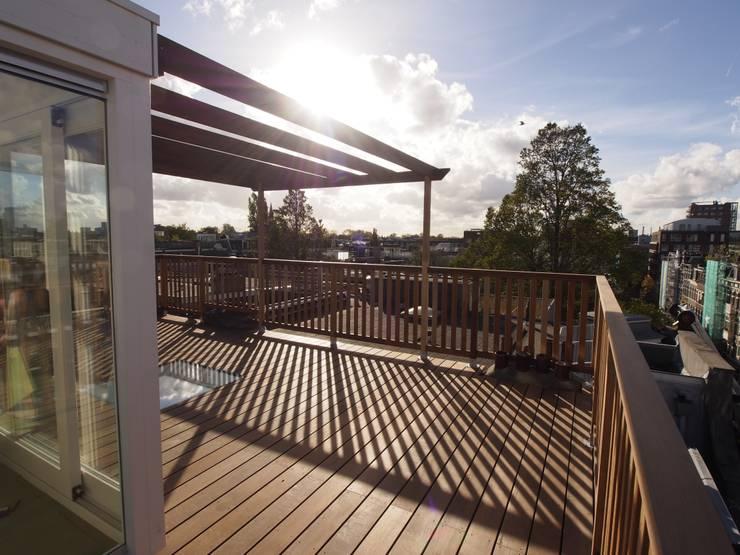 Dakterras met dakopbouw:  Balkon, veranda & terras door ScottishCrown Dakterrassen