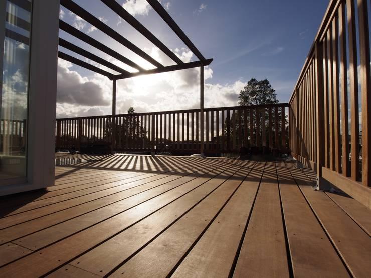 Dakterras met pergola:  Balkon, veranda & terras door ScottishCrown Dakterrassen