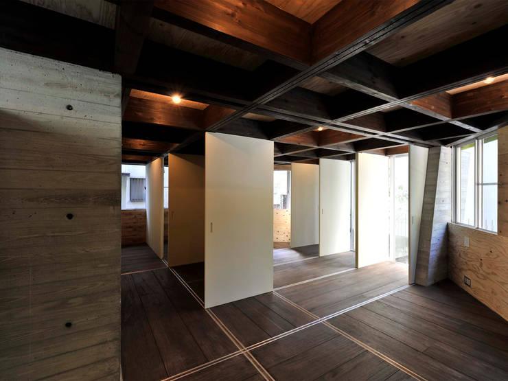 1階寝室: kt一級建築士事務所が手掛けた寝室です。