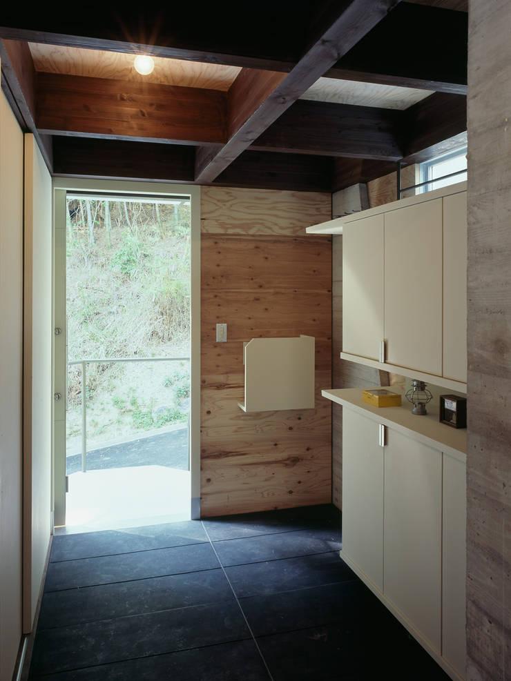 1階玄関: kt一級建築士事務所が手掛けた廊下 & 玄関です。