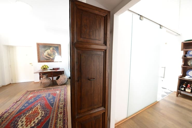Le Porte: Ingresso & Corridoio in stile  di Studio Fori