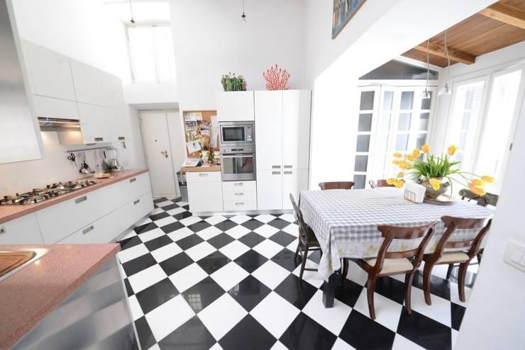 La cucina: Cucina in stile in stile Moderno di Studio Fori