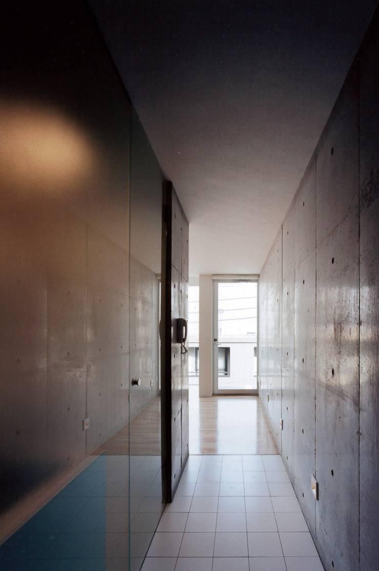 el Forty One: SOCIUS一級建築士事務所が手掛けた廊下 & 玄関です。