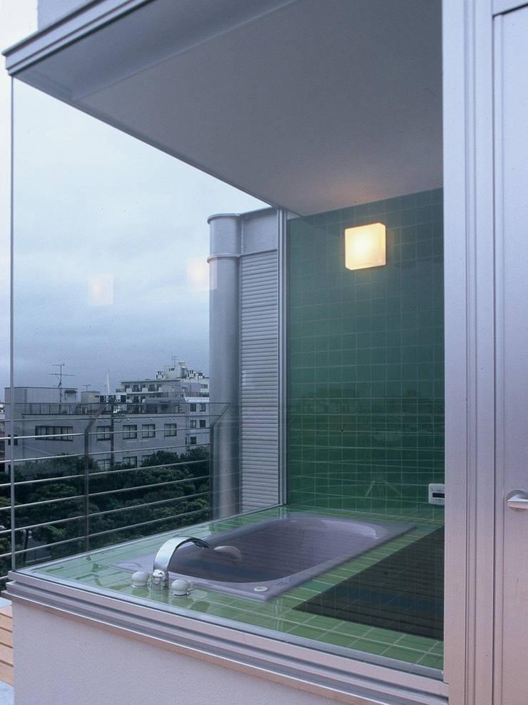 SILVER WAVE: SOCIUS一級建築士事務所が手掛けた浴室です。