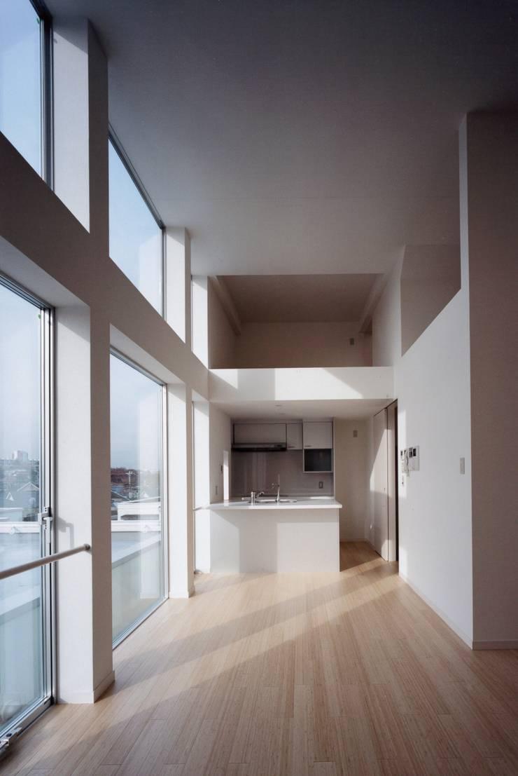 el Forty One: SOCIUS一級建築士事務所が手掛けたリビングです。