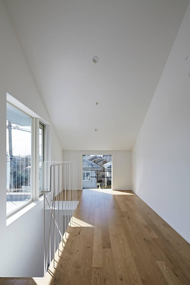 sandwich apartment: 池田雪絵大野俊治 一級建築士事務所が手掛けたリビングです。