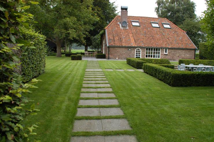 Boerderij tuinen & landelijke tuinen:  Tuin door Meeuwis de Vries Tuinen