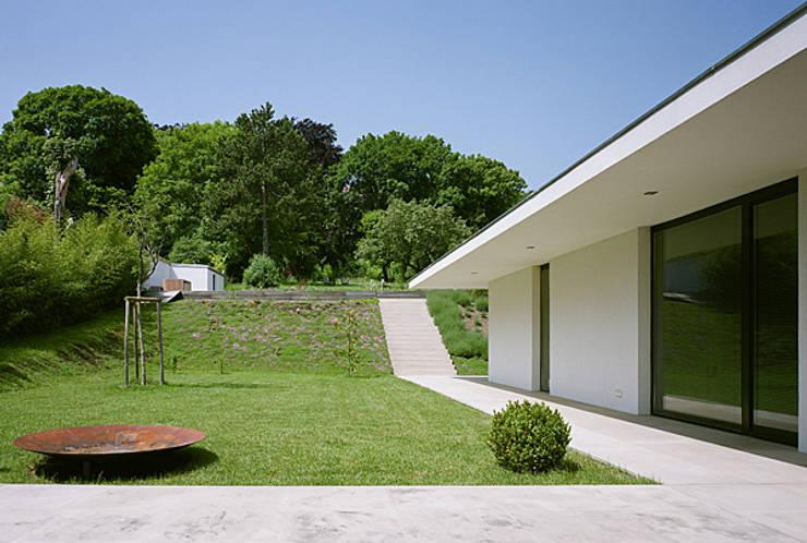 Haus G., Mödling: klassischer Garten von Erich Prödl Associates