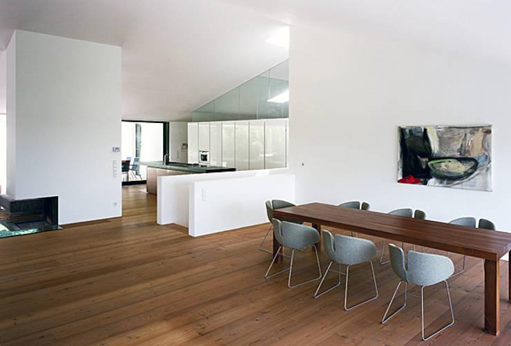 Haus G., Mödling: klassische Wohnzimmer von Erich Prödl Associates